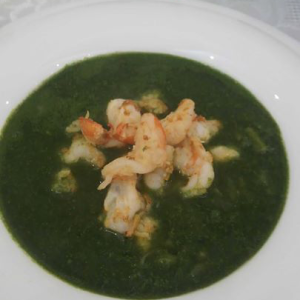Spinach and asparagus soup with shrimps