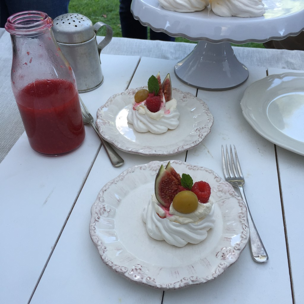 Pavlova with fresh figs and raspberry coulis