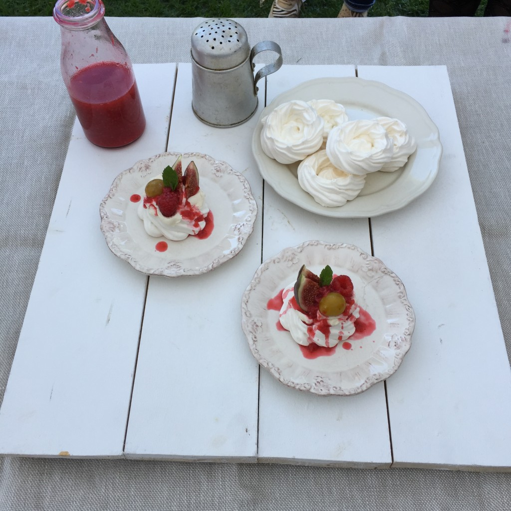 Pavlova with fresh figs and raspberry coulis 3